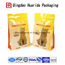 Tenez le sac de papier d'aluminium de nourriture de chat avec la tirette