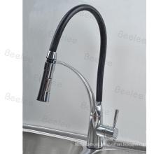 Interruptor giratorio del canalón del cuello de goma en la cabeza Grifo del mezclador de agua del fregadero de la cocina de la sola manija