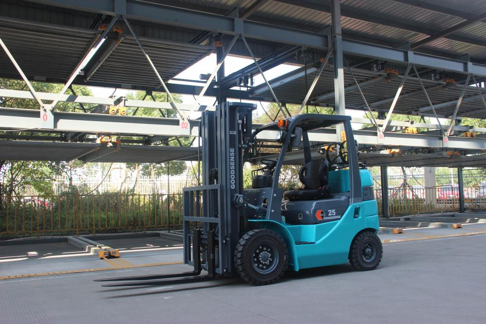 Forklift With Quadruple Mast