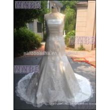 Meerjungfrau trägerlosen Satin Brautkleid mit Spitze Applikationen mit Rüschen besetzte Brutkleider