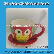 Belle tasse de café en céramique en forme de chouette avec une cuillère, une tasse à café en céramique avec une soucoupe
