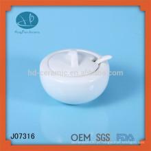 Frascos de cerâmica branca com tampas e colher / frascos de mel / armazenamento de cozinha, pote de especiarias