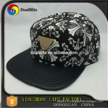 Пользовательский дизайн Пять панелей черная искусственная кожа печать snapback колпачок с металлическим логотипом