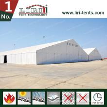 Grande tente en aluminium pour événements avec revêtement de toit blanc et parois latérales blanches