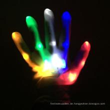 führte leichte Fingerhandschuhe