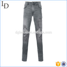 Jeans skinny negros rasgados azules, grises destruyeron jeans modelo para hombres