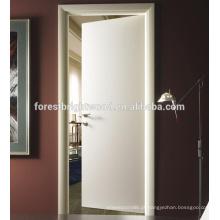 Porta de madeira nivelada branca aprontada