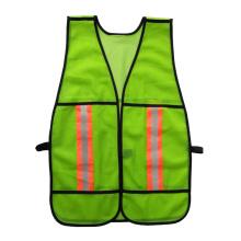 Защитный жилет из зеленой полистировой сетки с предупреждающей отражающей лентой