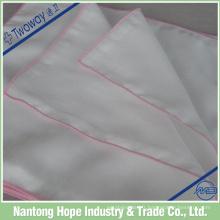 Blanc avec mouchoir en lin à ourlet roulé coloré