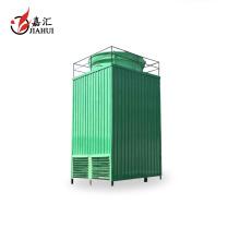 Der Fabrikpreis, der Kühlwasserturm sprüht