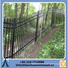 Barato inclinado terreno forjado valla de hierro paneles para la venta / galvanizado inclinado terreno cerca de acero / valla ornamental