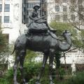 Bronzearab auf Kamel mit Hundeskulptur