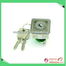 Aufzugsknopf schließt mit Schlüsseln ab