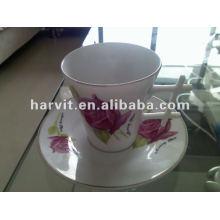 Taza y platillo del té de la porcelana del borde del oro