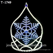Coroas da representação histórica do Natal da forma com floco de neve center azul