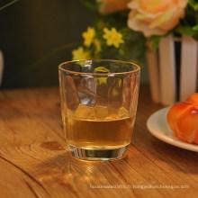 Patron de gaufrage à l'intérieur du verre à jus de whisky