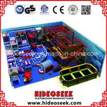 Campo de jogos interno das crianças do tema do mar ajustado com equipamento de escalada do Gym