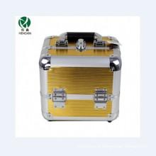 Dobro cosmético dourado de alumínio do caso aberto com as quatro bandejas internas