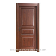 Porte moulée en bois à l'intérieur d'une porte d'intérieur pour les villas