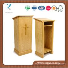 Chaire traditionnelle en bois avec étagères ouvertes à l'arrière