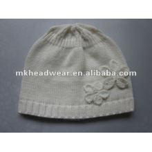 La señora pura blanca hizo punto el sombrero / el gorro de acrílico para el otoño