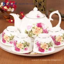 Ensemble de thé traditionnel de porcelaine au restaurant européen / théière élégante