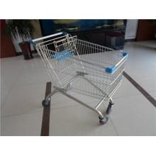 Einkaufslaufkatze mit vier Rädern benutzt im Supermarkt