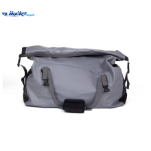 Gran mochila impermeable cómoda para viajar o senderismo o deportes acuáticos para el hombre maduro o la familia