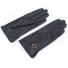 Guantes de cuero de la mano de la suposición de las muchachas con la correa de cuero