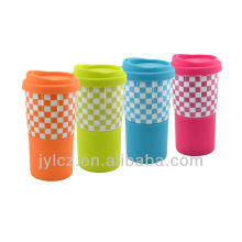 taza de cerámica con tapa y manga de silicona