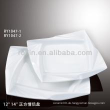 Weiße quadratische Platte mit besonderer Dekoration für Hochzeit
