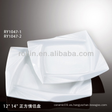 Plato cuadrado blanco con decoración especial para la boda