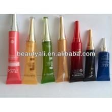 Petite buse en plastique emballant des tubes cosmétiques