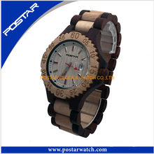 Reloj de madera con reloj de sándalo marrón
