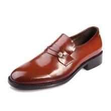 Os homens italianos novos os mais atrasados de italy calçam sapatas ocasionais de couro