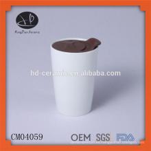 Taza de cerámica de impresión de taza de cerámica blanca con tapa de plástico, taza de porcelana al por mayor sin mango, taza de impresión a todo color con tapa
