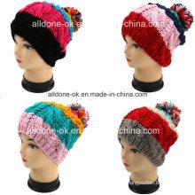 Hermosas chicas a rayas de colores a mano con sombrero de lana de terciopelo