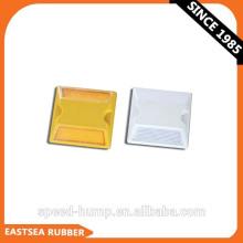 Niedriger Großhandelspreis Weißer / gelber dauerhafter reflektierender Straßen-Plastikbolzen