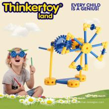 Operação da maquinaria de moinho de vento por brinquedo da construção da engrenagem para o menino
