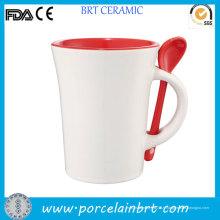 Tasse à café rouge à l'intérieur de nouveauté avec cuillère