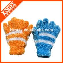 Forme tricoté des gants faits sur mesure de fils de plumes