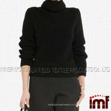 Свитер с надетым на плечи свитером с преувеличенной шерстью