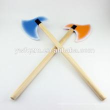 Los niños del nuevo diseño juegan el hacha colorida del juguete de madera