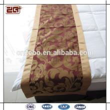 Las bufandas y los corredores decorativos hermosos más nuevos de la cama