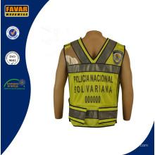 Police de trafic portant une veste réfléchissante