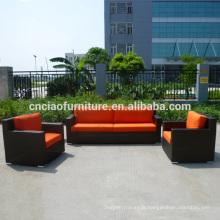 Canapé moderne mis meubles de jardin en rotin
