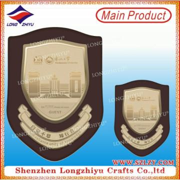 Placa de madera barata del escudo con la placa de metal de Lasering