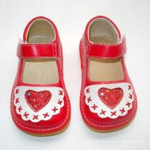 Sapatilhas vermelhas do bebê com Squeaky com coração grande