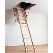 Escada de madeira dobrável elegante do sótão (modelo isolado)