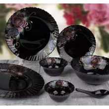 Набор чашек и тарелок из черного стекла